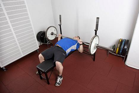 Vapaat painot aktivoivat tehokkaammin tukilihaksia. Ne eivät kuitenkaan ole voiman ja lihasmassan kehittämisessä ylivertaisia kuten usein väitetään.