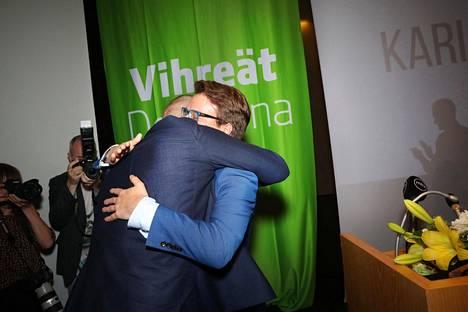 Touko Aalto valittiin vihreiden puheenjohtajaksi kesäkuussa 2017. Väistyvä puheenjohtaja Ville Niinistö halaa.
