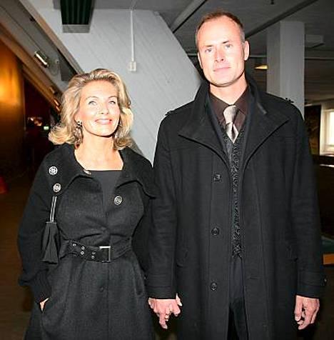Kansanedustaja Tanja Karpela esitteli torstaina miesystävänsä Janne Erjolan ensimmäisen kerran julkisuudessa.