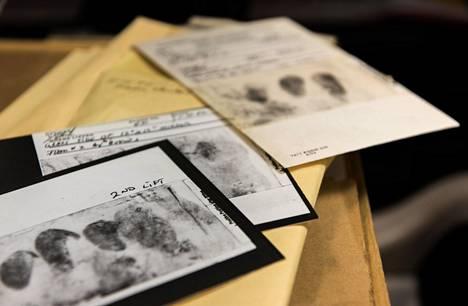 Rikospaikoilta kerättyjä todisteita. Golden State Killer käytti hanskoja välttääkseen sormenjälkien jättämisen. Hänen dna:ta saatiin kuitenkin kerättyä.