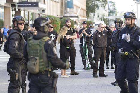 Uusnatsijärjestö Pohjoismaisen vastarintaliikkeen mielenosoituksen osanottajia.