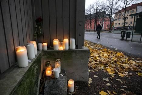 Vallilan henkirikospaikalle oli tuotu kynttilöitä viikonlopun aikana.