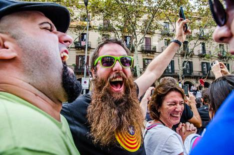Mies iloitsi Katalonian itsenäisyysjulistuksesta Barcelonassa perjantaina.