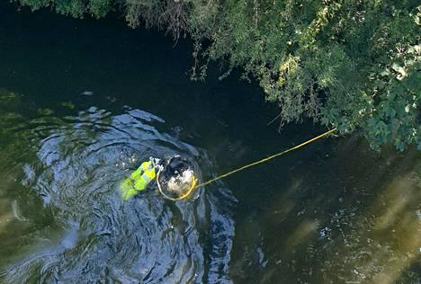 Poliisi sukeltaa etsien todisteita Spree-joesta.
