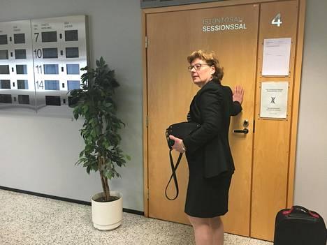 Asianajaja Tuula Ylinen edusti Markku Ritaluomaa Espoon käräjäoikeudessa perjantaina.
