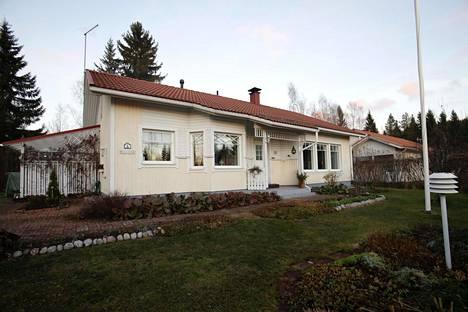 109 neliömetriä ja hyvä kunto. Ei auta. Juhani Hämäläinen ja Silja Rusanen eivät saa asuntoaan myydyksi.