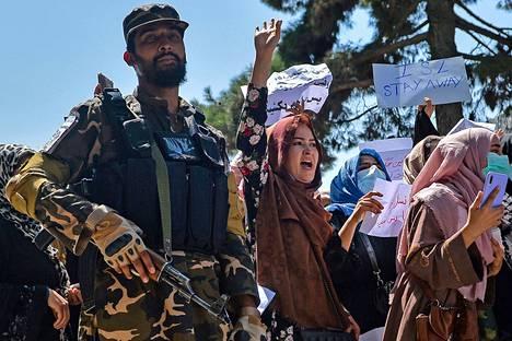 Tiistaina Kabulissa järjestetyssä protestissa vaadittiin naisille oikeuksia sekä vastustettiin Pakistania ja sen tiedustelupalvelua ISI:ä Talebanin valvovan silmän alla.