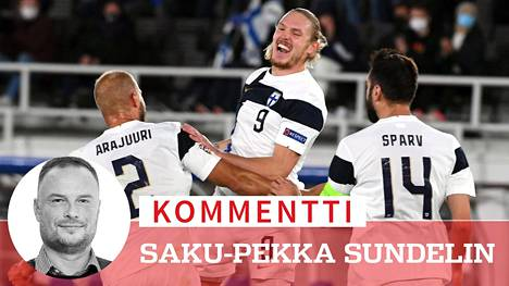 Suomen jalkapallomaajoukkuetta ympäröi nyt myönteinen henki. Fredrik Jensenin maalista iloitsevat Paulus Arajuuri ja Tim Sparv.