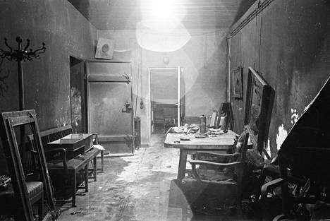 Yleisnäkymä Führerbunkerin oleskelutilasta sodan jälkeen.