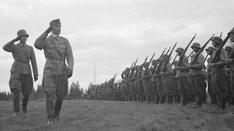 Everstiluutnantti Adolf Ehrnrooth tarkastaa joukkoja juuri ennen torjuntataisteluiden alkamista kesäkuussa 1944. Hänet ylennettiin everstiksi Äyräpään-Vuosalmen taistelun aikana.
