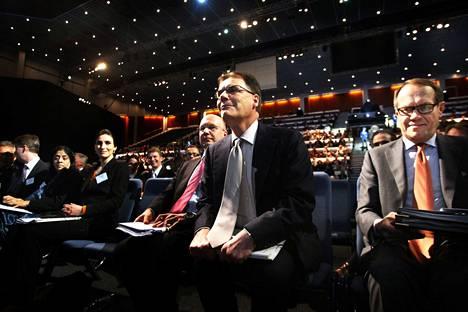 Nokian yhtiökokouksessa toukokuussa yhtiön hallituksen puheenjohtaja Jorma Ollila (oik.) kertoi että yhtiön johdolla on hallituksen tuki Nokian strategian toimeenpanossa. Samaan aikaan toimitusjohtaja Olli-Pekka Kallasvuon (keskellä) seuraajan haku oli jo käynnissä.
