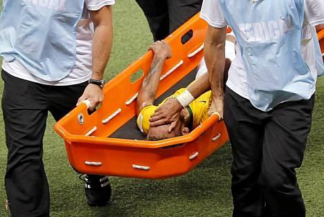 Tuskaisen näköinen Neymar kannetaan paareilla pois kentältä.