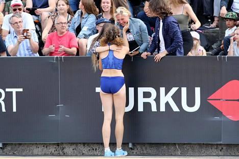 Ella Junnila sai äidiltään onnitteluhalauksen tiistaina Turun stadionilla.