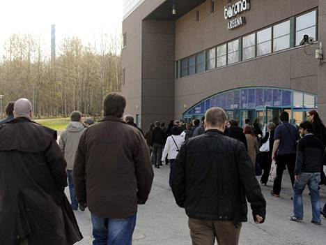 Nokian työntekijöitä meni tänään kuuntelemaan yhtiön tiedotustilaisuutta Espoon Barona Areenalle.