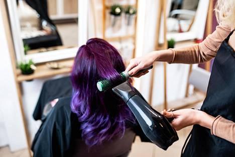 Kampaamoleikkausten kalliimpaa hintaa selitetään esimerkiksi hiusten kuivaamiseen käytetyllä ajalla.