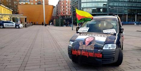 Poliisi esti auton liittymisen mielenosoittajien kulkueeseen Narinkkatorilla Helsingissä.