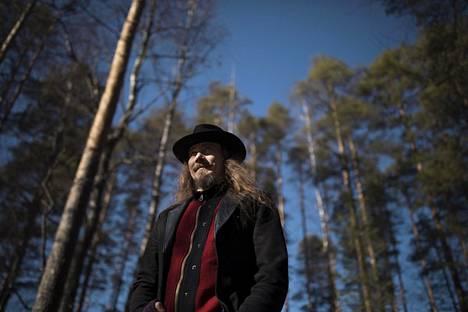 Tuomas Holopainen kannustaa faneja tukemaan yhtyeen työntekijöitä.