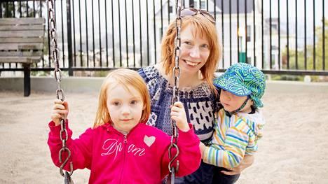 Suomalais-espanjalaisen perheen äiti Reetta Kemppi viettää lastensa Olivian ja Axelin kanssa aikaa Alamo Squaren -puistossa. – Seuraavaksi lähdemme varmaan syömään pupusoja jonnekin, hän sanoo. San Franciscossa on helppo viettää monikulttuurista arkea.