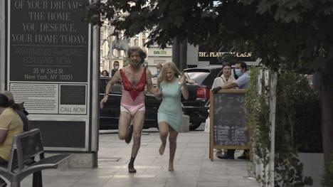 Sacha Baron Cohen ja Maria Bakalova näyttelevät uudessa Borat-elokuvassa isää ja tytärtä.