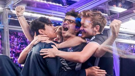 """OG on kaksinkertainen maailmanmestari! Jesse """"JerAx"""" Vainikka (oikealla) halaa kuvassa ranskalaista Sébastien """"Ceb"""" Debsiä."""