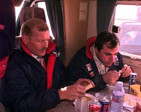 Ford-tallitoverit Juha Kankkunen ja Carlos Sainz tauolla vuonna 1997.