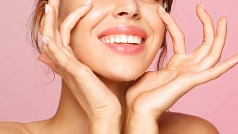 Useimpien iho-ongelmien taustalla on kosteuden puute. Pikahelpotusta tuovat valoa heijastavat hoitotuotteet.