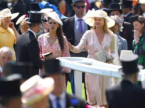 Flora Ogilvy on tuttu näky kuninkaallisen perheen juhlissa.