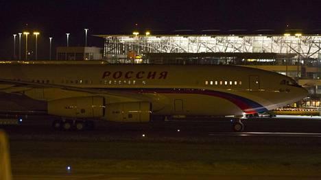 Putinin kone laskeutui yöllä Hampurin lentokentälle.