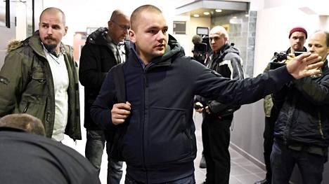 Pohjoismaisen vastarintaliikkeen jäsen Jesse Torniainen Pirkanmaan käräjäoikeudessa torstaina.