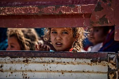 Arabi- ja kurdisiviilejä pakeni sodan alettua keskiviikkona Tall Tamrin kaupunkiin, joka sijaitsee Turkin julistaman turvavyöhykkeen etelärajalla.