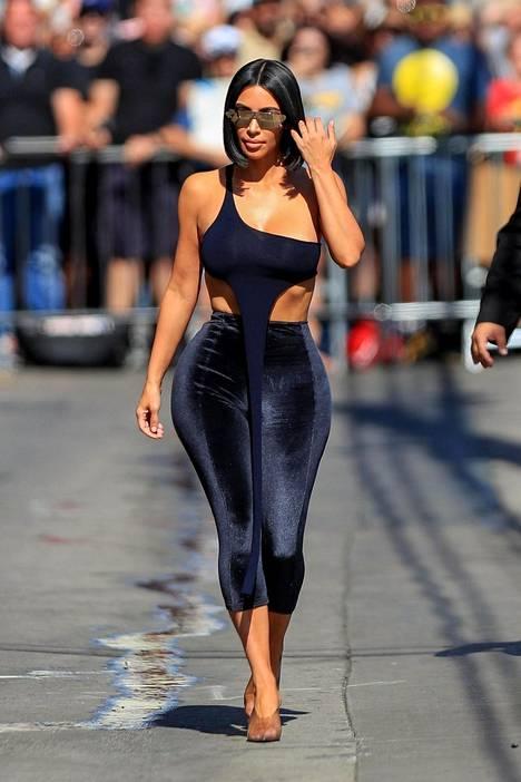 Kim Kardashian saapui keskusteluohjelmaan Jimmy Kimmelin vieraaksi tässä lookissa.