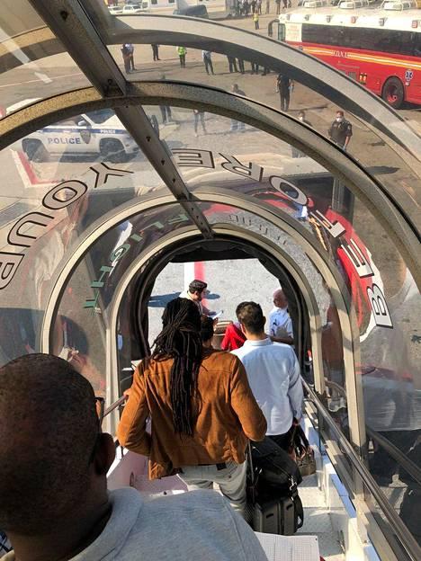 Matkustajat pääsivät ulos Emiratesin koneesta New Yorkista sen jälkeen, kun amerikkalaiset terveysviranomaiset olivat tarkastaneet heidät.