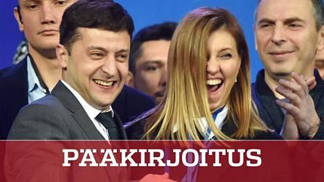 Ukrainan uusi presidentti Volodymyr Zelensky ja hänen vaimonsa ovat kumpikin showmaailman ammattilaisia. Olena Zelenska on käsikirjoittanut tv-sarjaa, jossa Zelensky esittää kuvitteellista Ukrainan presidenttiä.