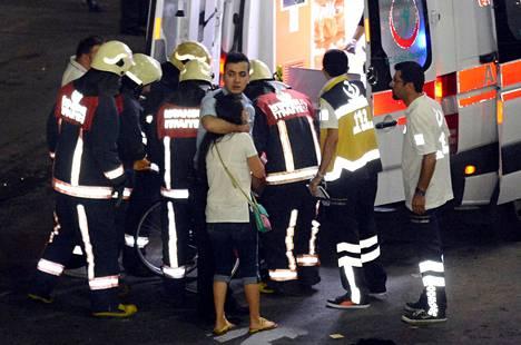 Lääkintähenkilöstö auttoi loukkaantuneita lentokentän ulkopuolella.