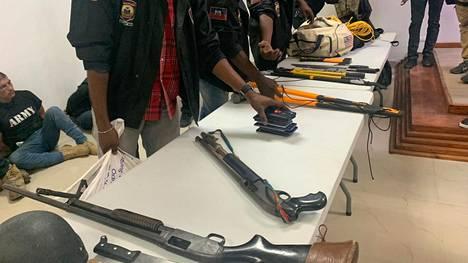 Poliisi esitteli epäillyiltä hyökkääjiltä kerättyjä aseita viime viikolla. Lääkärin asunnolta löytyi myöhemmin muun muassa laatikollinen aseiden patruunoita, kaksi ajoneuvoa, kuusi pistoolikoteloa ja noin 20 laatikollista luoteja.
