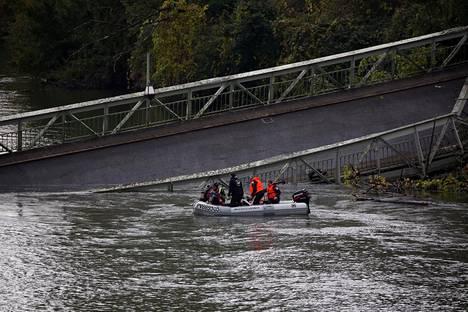 Pelastusviranomaiset yrittivät löytää kateissa olevia ihmisiä joesta sillan romahtamisen jälkeen.