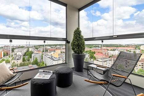 TAMPERE: kerrostalo 3h + kt + s 88,5 neliötä, myyntihinta 764 000 euroa. Aivan rautatieaseman tuntumassa Itsenäisyydenkadulla sijaitsevan 18. kerroksessa sijaitsevan asunnon lasitetulta parvekkeelta on avara näky yli kaupungin.