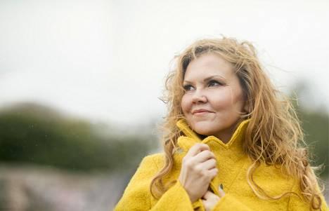 """Kun Katja Kettu kertoi keskenmenosta ystävilleen, hän yllättyi siitä, miten moni oli kokenut saman. """"Oli ihanaa huomata naisten välinen solidaarisuus."""""""