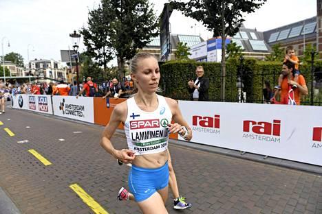 Minna Lamminen puolimaratonilla EM-kisoissa Amsterdamissa 2016.