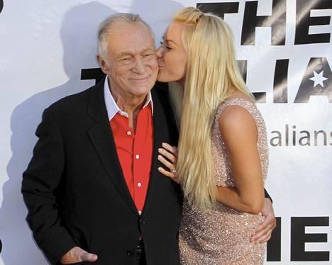 Hugh Hefner Crystal-vaimonsa kanssa.