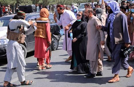 Taleban-taistelijat uhkailivat mielenosoittajia tiistaina Kabulissa.