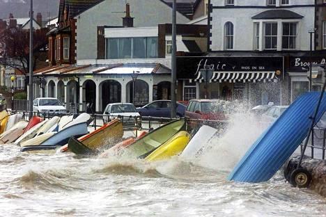 Myrsky piiskasi soutuvenearmadaa Rhos-on-sean kylässä Walesissa 2002.