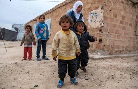 Kotiseudultaan pakenemaan joutunut syyrialaisperhe kuvattiin al-Holin leirillä keskiviikkona.