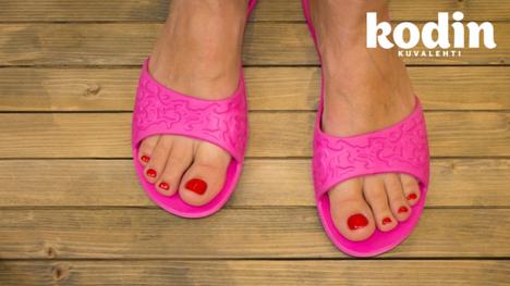 Suojaa sieneltä. Uimahalleissa ja kuntosaleilla kannattaa käyttää sandaaleita.