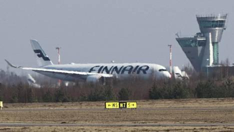 Suojainkuljetus Kiinasta saapui Finnairin lentokoneella tiistaina.