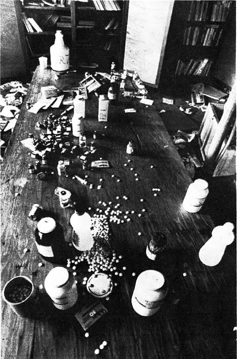 Jonestownista löytyi syanidipillereiden ja myrkytetyn jauhemehujuoman jäänteitä.