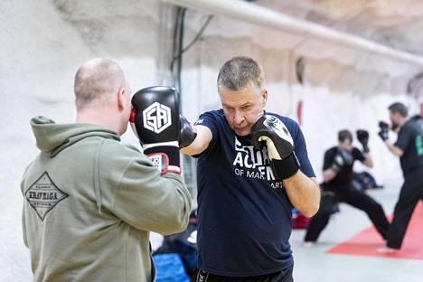 Tampereen K4 Centerin pääkouluttaja Niko Tarvainen treenaa Jouni Themanin kanssa.