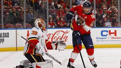 Calgary Flamesin maalivahti Cam Talbot torjui Aleksander Barkovin lyönnin.