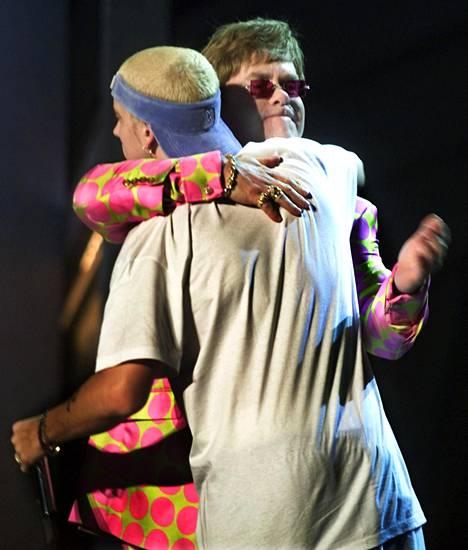 Eminemin ja Elton Johnin yhteisesitys päättyi halaukseen.