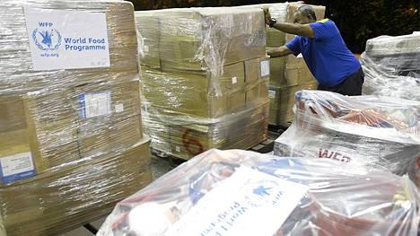 Taifuunin runtelemalle alueelle lähetetään apua. Kuvassa Maailman ruokaohjelman avustustarpeita on lähdössä Filippiineille.